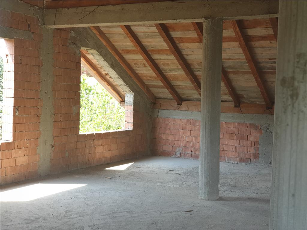 Casa, la rosu, Bucium 400 mp, pretabila pentru gradinite, scoli, pensiuni