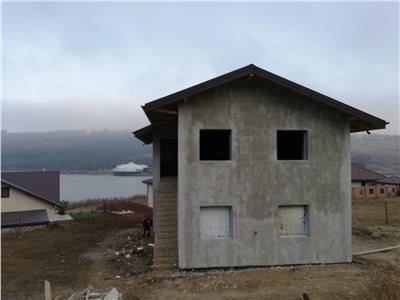 Casa single la gri pe malul lacului Aroneanu